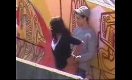 Flagra de sexo com novinha no meio da passarela
