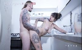 Tatuagem na bunda da gostosa transando na cozinha