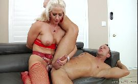 Esposa comendo o cu do marido arrombadinho
