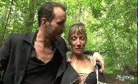 Mulher tarada indo dar da bunda gostosa no meio da floresta