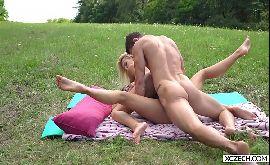 Vadias transando gostoso durante o piquenique no parque