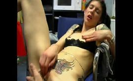 Buceta tatuada sendo chupada pelo tatuador safado