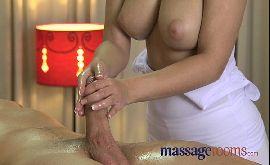 Peituda dando a boceta pro cliente durante a massagem