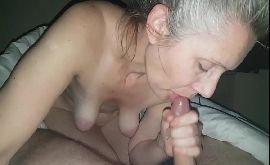 Velha fazendo boquete pro seu esposo de pau pequeno duro