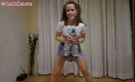 Menina sem calcinha fazendo o treino com ursinho na mão