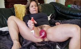 Bucetinha inchada da coroa se masturbando com seus brinquedos