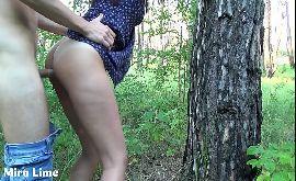 Fodendo gostoso a boceta da novinha usando camisinha na floresta