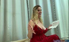 Mulher tetuda excitando o jovem pra ele comer e gozar em sua xota