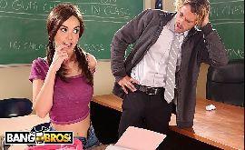 Novinha trepando na escola com seu professor distraído