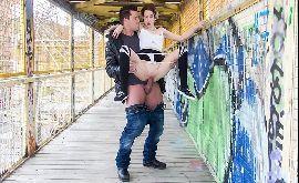 Cenas de sexo explícito com magrinha na estação de trem