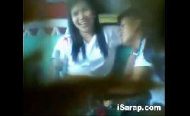 Novinha na escola fazendo sexo com seu namorado caiu na net