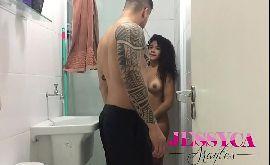Novinha no banho dando a boceta pro seu primo gordinho