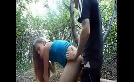 Novinha transando pela primeira vez dando o cu no mato