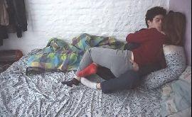 Sexo carinhoso com amigos apaixonados transando no quarto