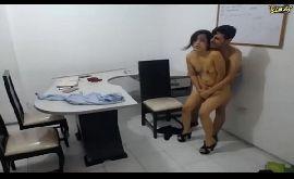 Sexo no trabalho com morena amadora tarada no escritório