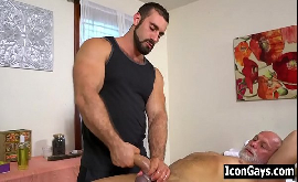 Sexo gay em massagem prazerosa  com massageador