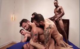 Sexo gay em suruba com sete homens