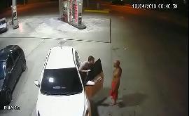 Sexo gay flagra morador de rua sendo chupado no posto