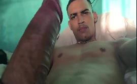 Homem se masturbando até gozar no vídeo