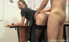Fodendo a professora de vestido em cima da mesa