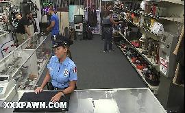 Policial transando com dotado na loja de penhores