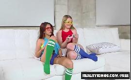 Ver mulher transando com sua amiga jogando game