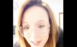 Menina pagando peitinho na live do Instagram