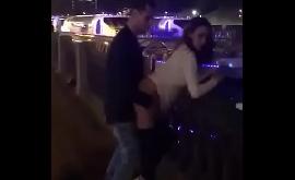 Mulher fazendo sexo na rua num ponto turístico