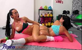 Mulher pelada lesbica na academia fodendo com amiga