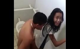 Novinha fazendo sexo na escola dentro do banheiro