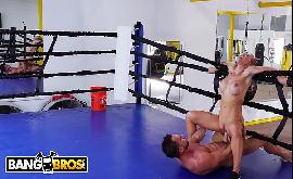 Safada na academia transando com lutador de boxe