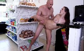 Safada sem calcinha na padaria fazendo sexo