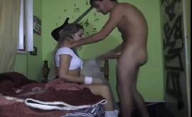 Sexo amador na favela com novinha loira rockeira