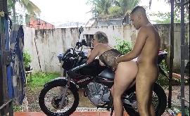 Sexo na moto com a loira rabuda funkeira