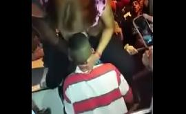 Sexo oral na mulher vadia num baile funk