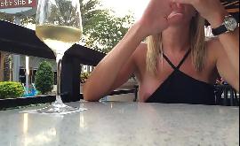 Xvideos pagando peitinho dentro do restaurante