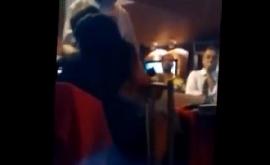 Sexo no restaurante cheio vendo o casal trepar