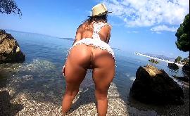 Bunduda na praia querendo foder e fazer o macho gozar