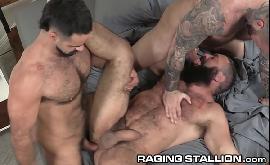 Homens sarados transando no sexo a três gay