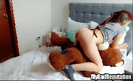 Taradas anonimas fazendo sexo com ursinho no quarto