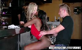 Comendo o cu da preta e da sua chefe loira no bar