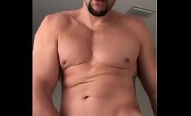 Homem se masturbando até gozar com muito tesão