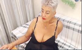 Idosa se masturbando como uma puta na webcam