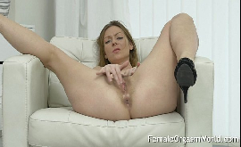 Mulher se masturbando gostoso e tendo orgasmo