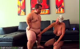 Anão fazendo sexo com uma loira tatuada safada